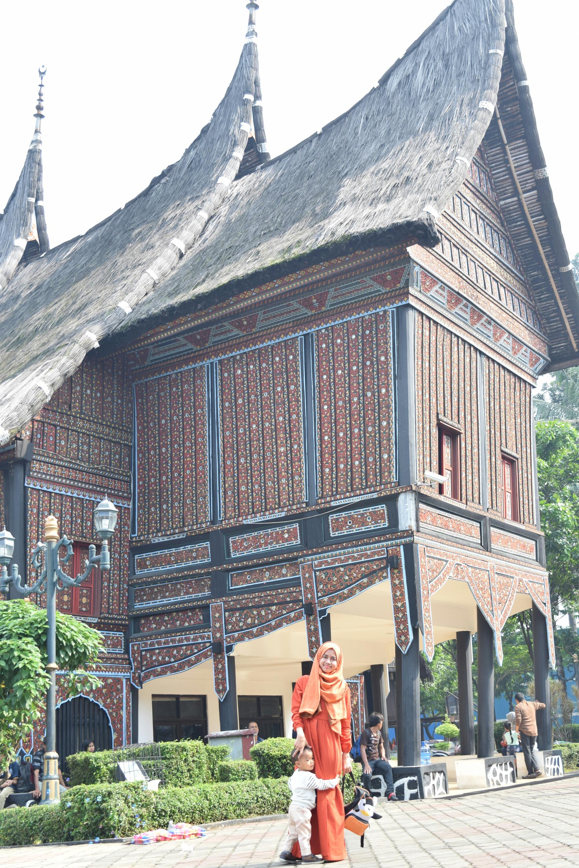Mini Monumen Nasional Dan Anjungan Rumah Adat Tradisional Tmii